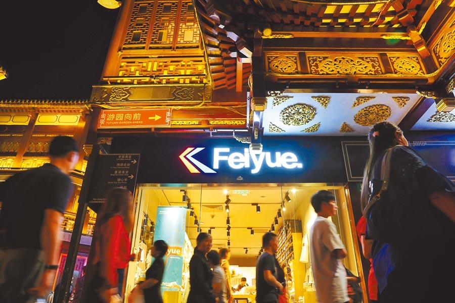 6月8日晚,國貨潮牌飛躍入駐上海豫園,令人眼前一亮。(中新社)
