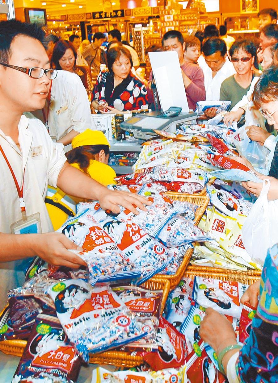 顧客爭相購買大白兔奶糖。(新華社資料照片)