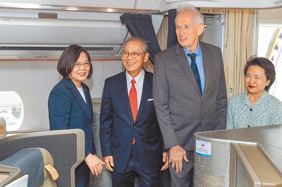 總統蔡英文(左1)於美東時間11日下午3時抵達紐約,AIT理事主席莫健(右2)及我駐美代表高碩泰(左2)上機迎接。(取自蔡英文臉書)