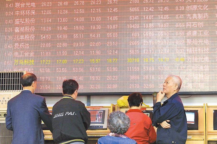 對當前大陸證券市場來說,走向市場化、法制化、國際化是必然趨勢,在這個過程中的「管」與「放」拿捏至為關鍵。圖為股民在上海某證券營業廳內看盤。(中新社)