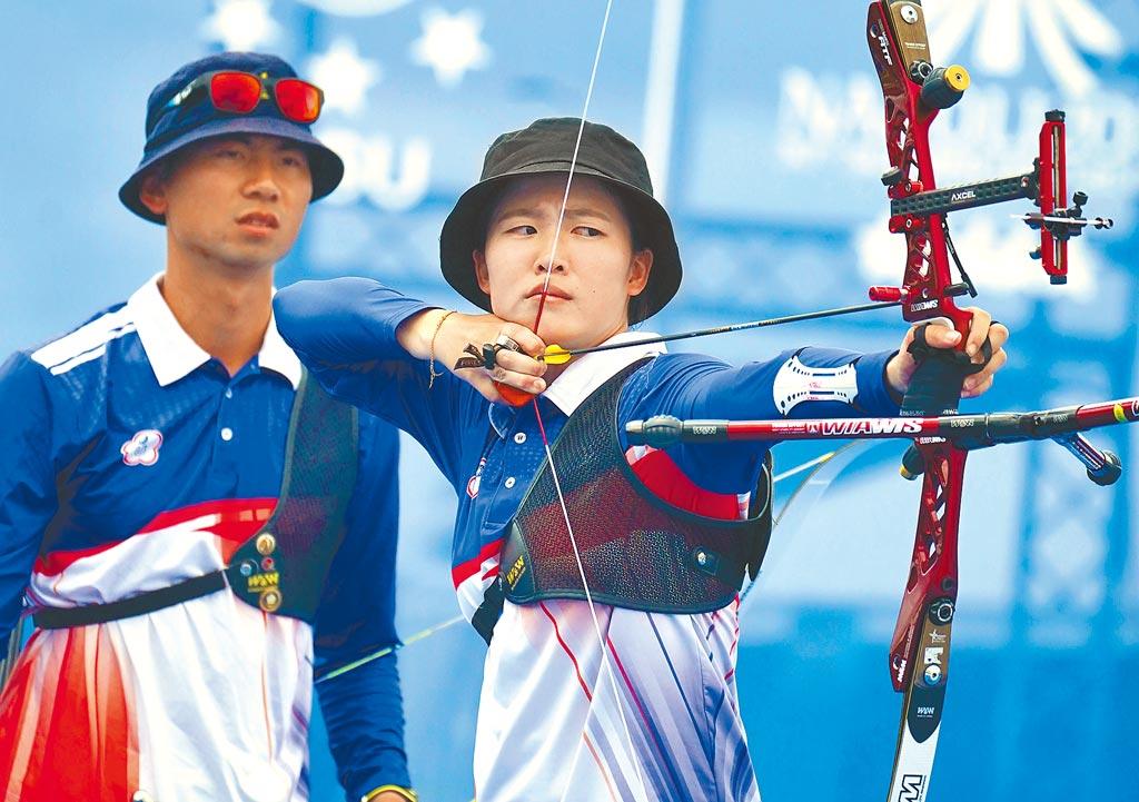 彭家楙(右)、魏均珩在世大運射箭反曲弓混雙金牌戰擊退日本,漂亮摘金。(大專體總提供)