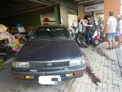 老翁誤打倒車擋又狂踩油門 12輛汽機車遭殃