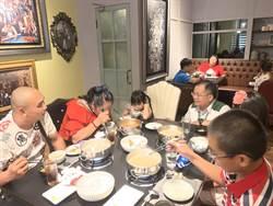 嘉義家扶家庭吃鍋歡聚、聽金曲歌王唱歌