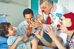 紅鼻子小丑醫生 小病童一看他就笑