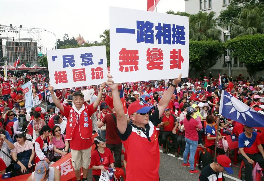 圖為高雄市長韓國瑜的支持者高舉「一路相挺無變卦」、「民意挺國瑜」標語。(資料照,姚志平攝)
