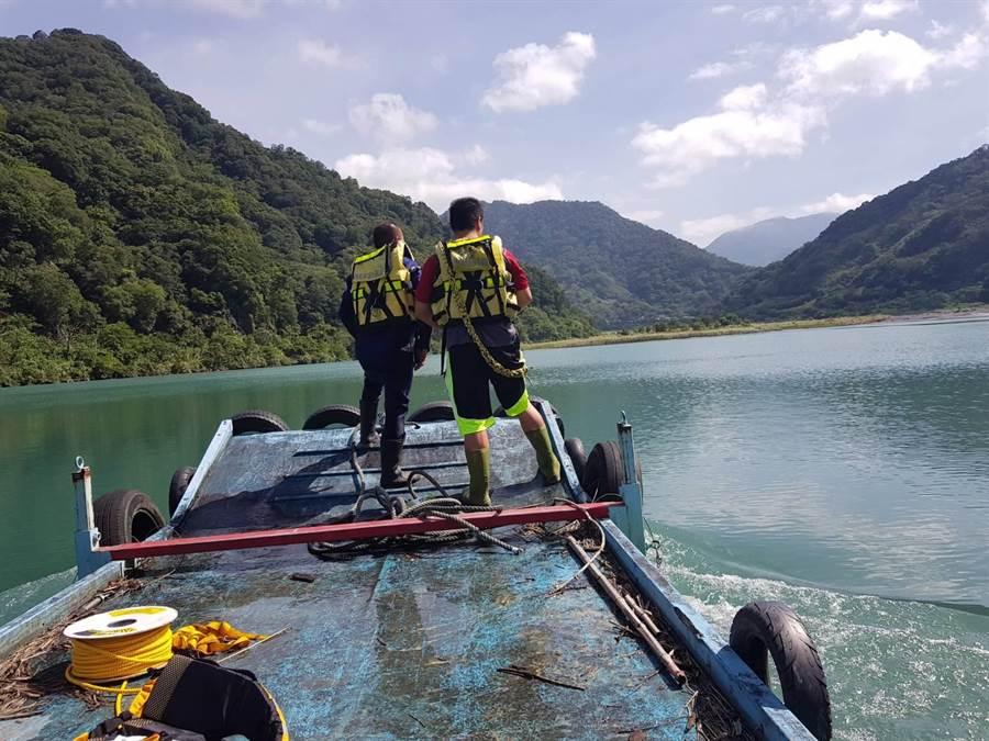 廖姓男子不慎失足遭溪水沖走,消防队全力搜救。