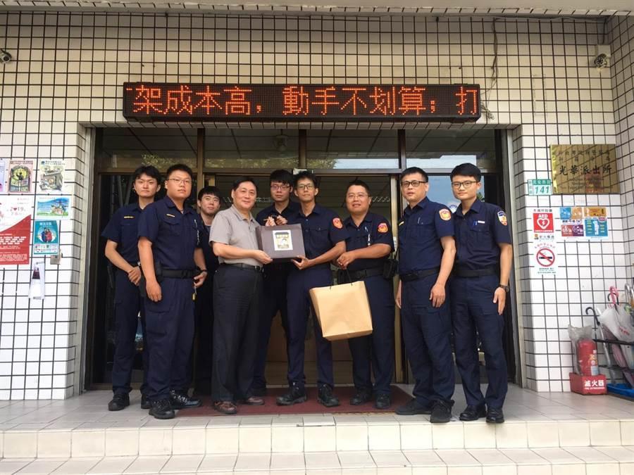 今日上午警察局长陈檡文,特别到光华所慰问受伤员警,并颁赠破案咖啡。