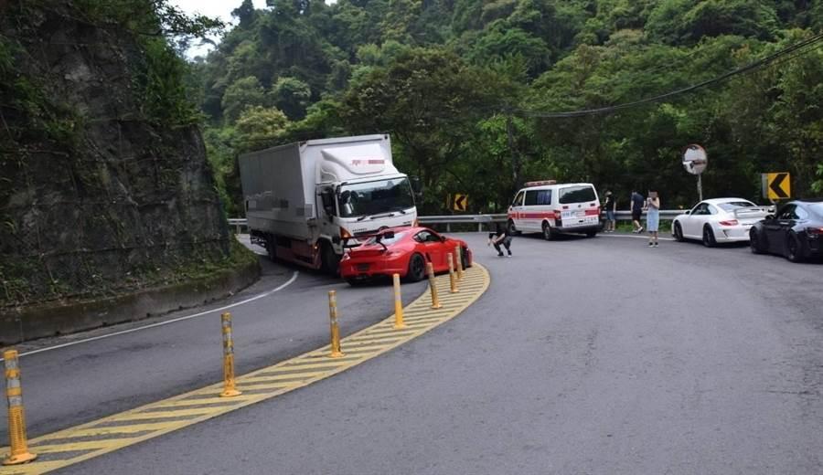 紅色保時捷失控衝入對向車道,衝撞大貨車。(民眾提供)