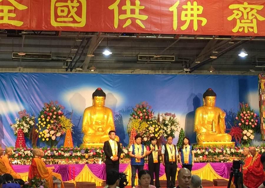 副市長楊瓊瓔出席中區全國供佛齋僧法會,祈求風調雨順、國泰民安。(陳世宗翻攝)