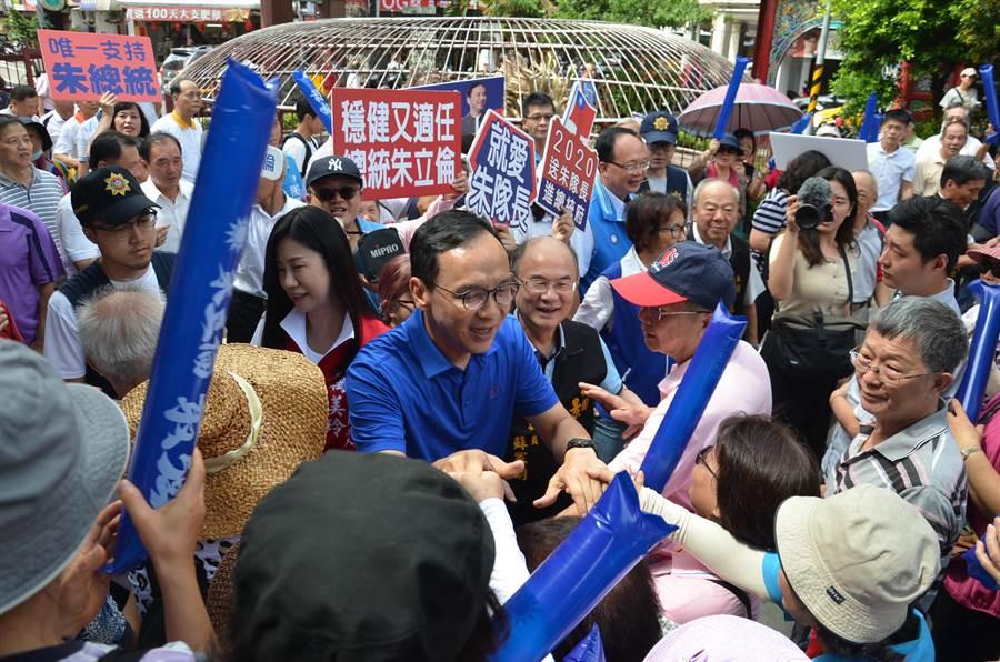 前新北市長朱立倫14日到桃園景福宮參香,也爭取民眾支持。(賴佑維)