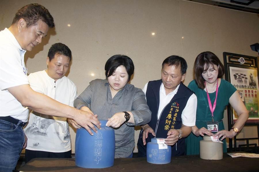 貴賓們將倒入茶葉的茶倉貼上封條,相約10年後開罐共飲。(王文吉攝)