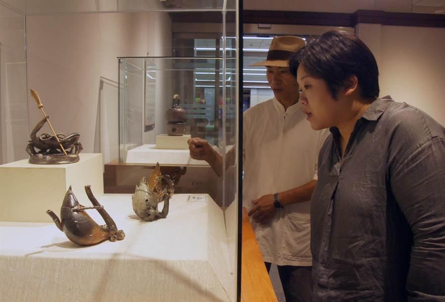 台中市副議長顏莉敏(右一)應邀參加台中市陶藝文化協會聯展開幕式。(王文吉翻攝)