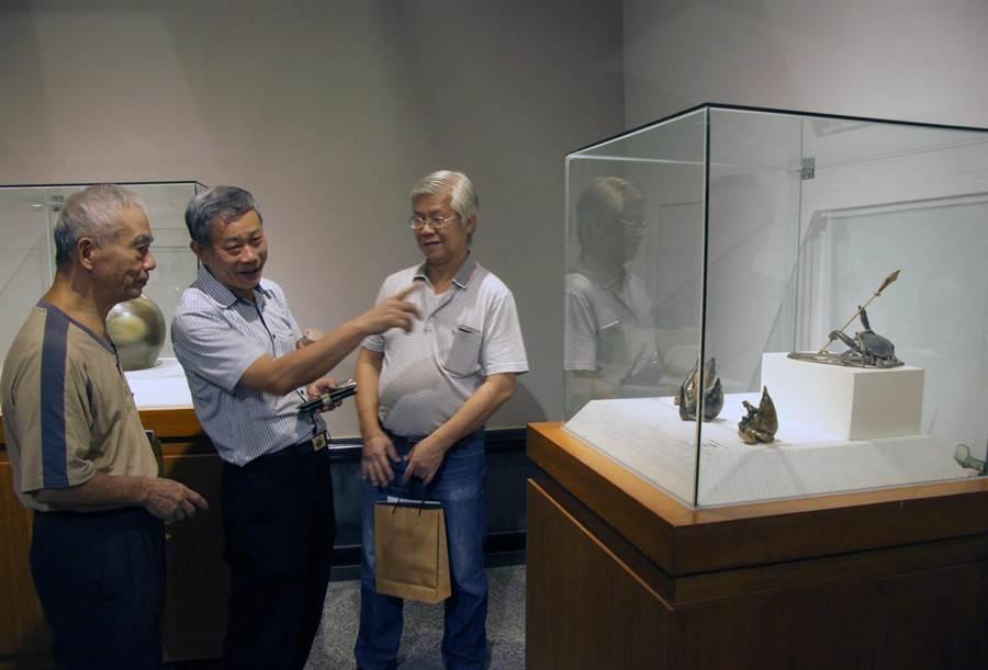 國家工藝師蔡榮祐(左一)前來港區藝術中心參觀台中市陶藝文化協會聯展。(王文吉翻攝)