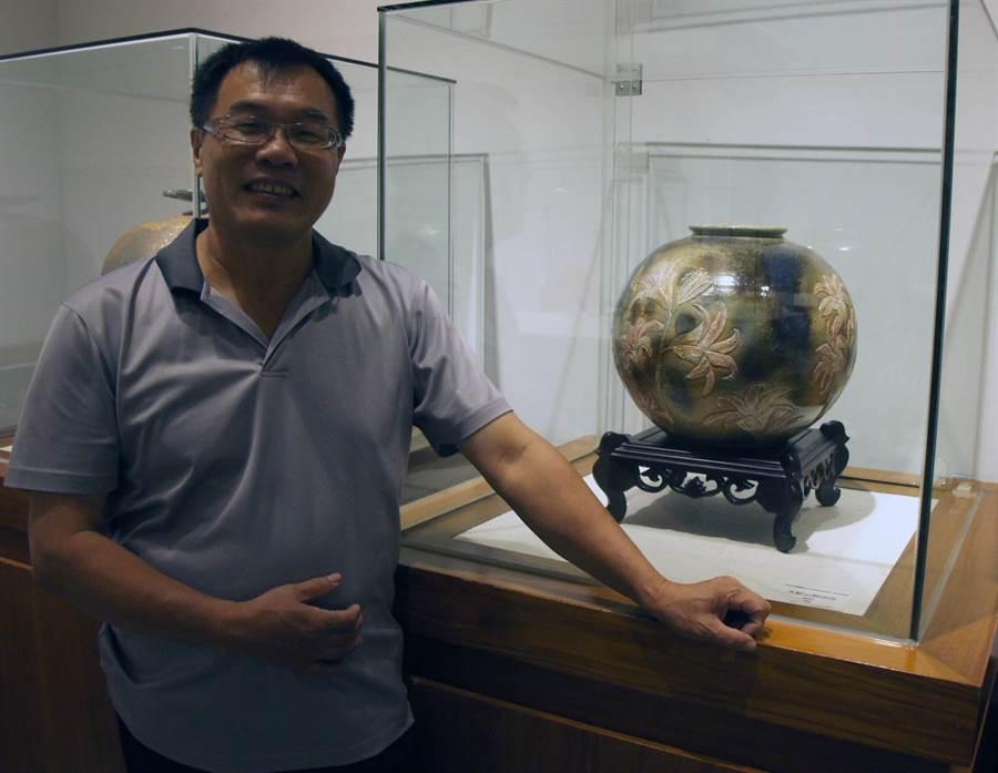 陶藝家陳茂松與作品《大肚山野百合》。(王文吉翻攝)