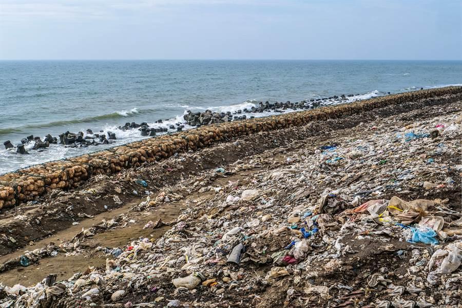 新豐海岸有害廢棄物,再獲環保署補助3290萬元移除。(羅浚濱攝)