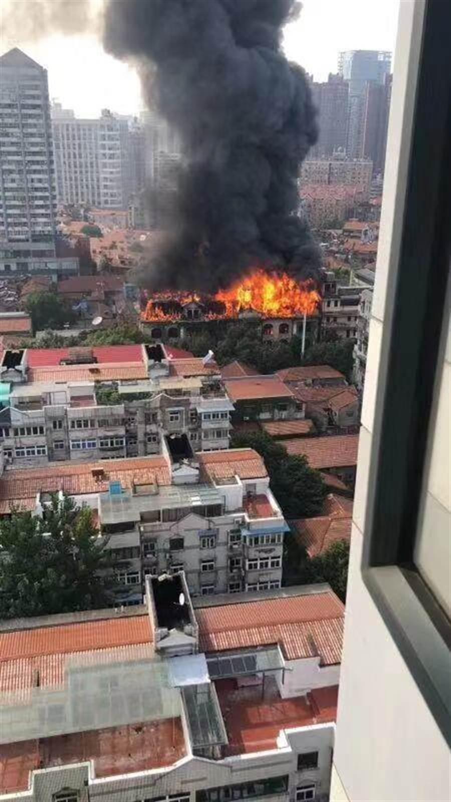 武漢市江漢飯店外觀改造引發火災,起火部位為五樓樓頂。(取自澎湃網)