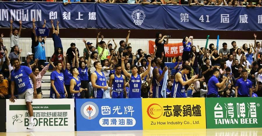 當確定勝利到手,中華藍全體隊職員都在板凳席慶祝。(瓊斯盃提供)