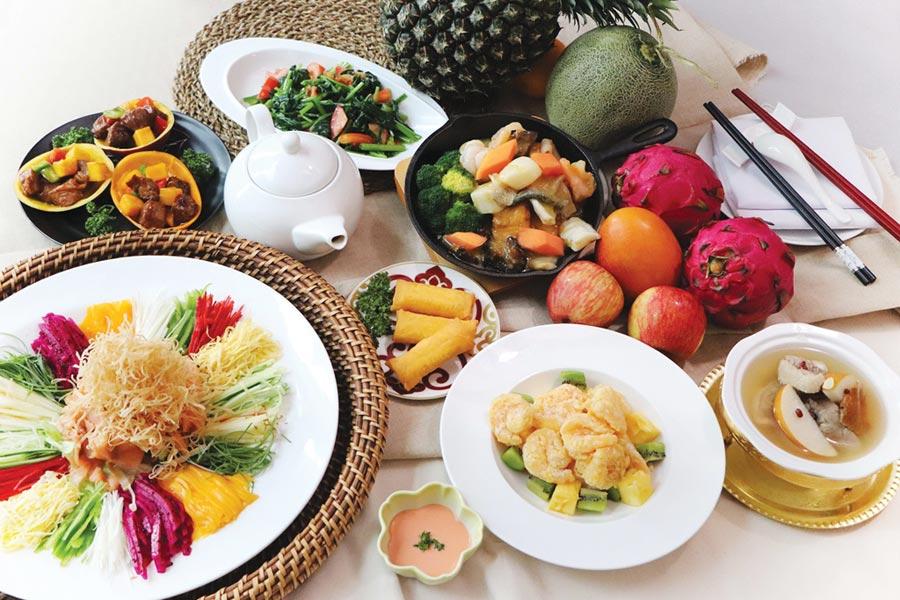 板桥凯撒「家宴」中餐厅推出以水果入菜的「仲夏鲜果宴」,4人同行只要3,200元。图/业者提供