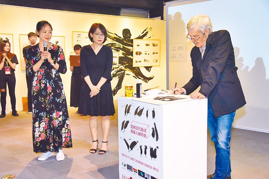 今年剛成為奧斯卡美國影藝學院會員的動畫藝術大師Raimund Krumme,13日受邀參加《德國當代動畫及藝術大師特展》開幕,並在現場作畫,致贈府中15作為紀念。(王揚傑翻攝)