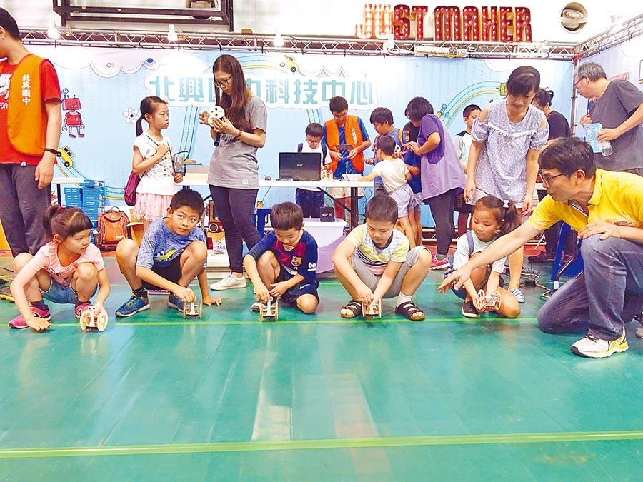嘉義市科學168教育博覽會科普攤位,學子玩平衡車機器人。(廖素慧攝)