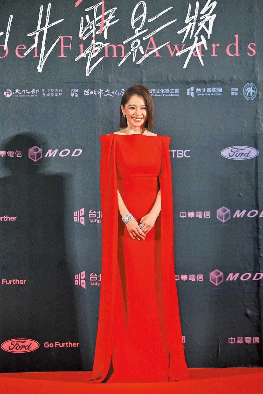 徐若瑄身上的DIVINA紅色披風禮服,被兒子認為造型像超人。