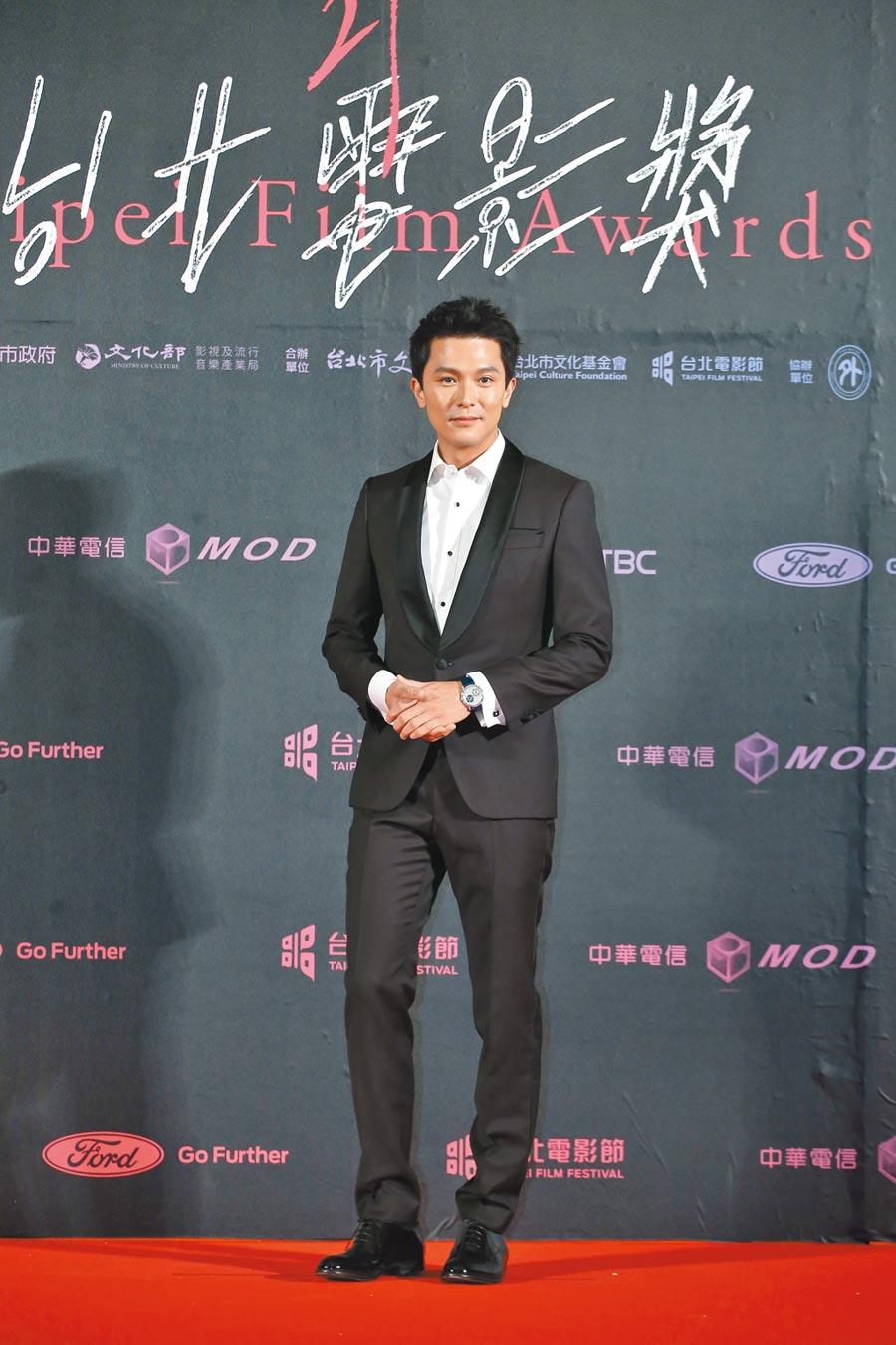 邱澤穿著BOSS西裝搭配伯爵珠寶腕表,瀟灑有型。