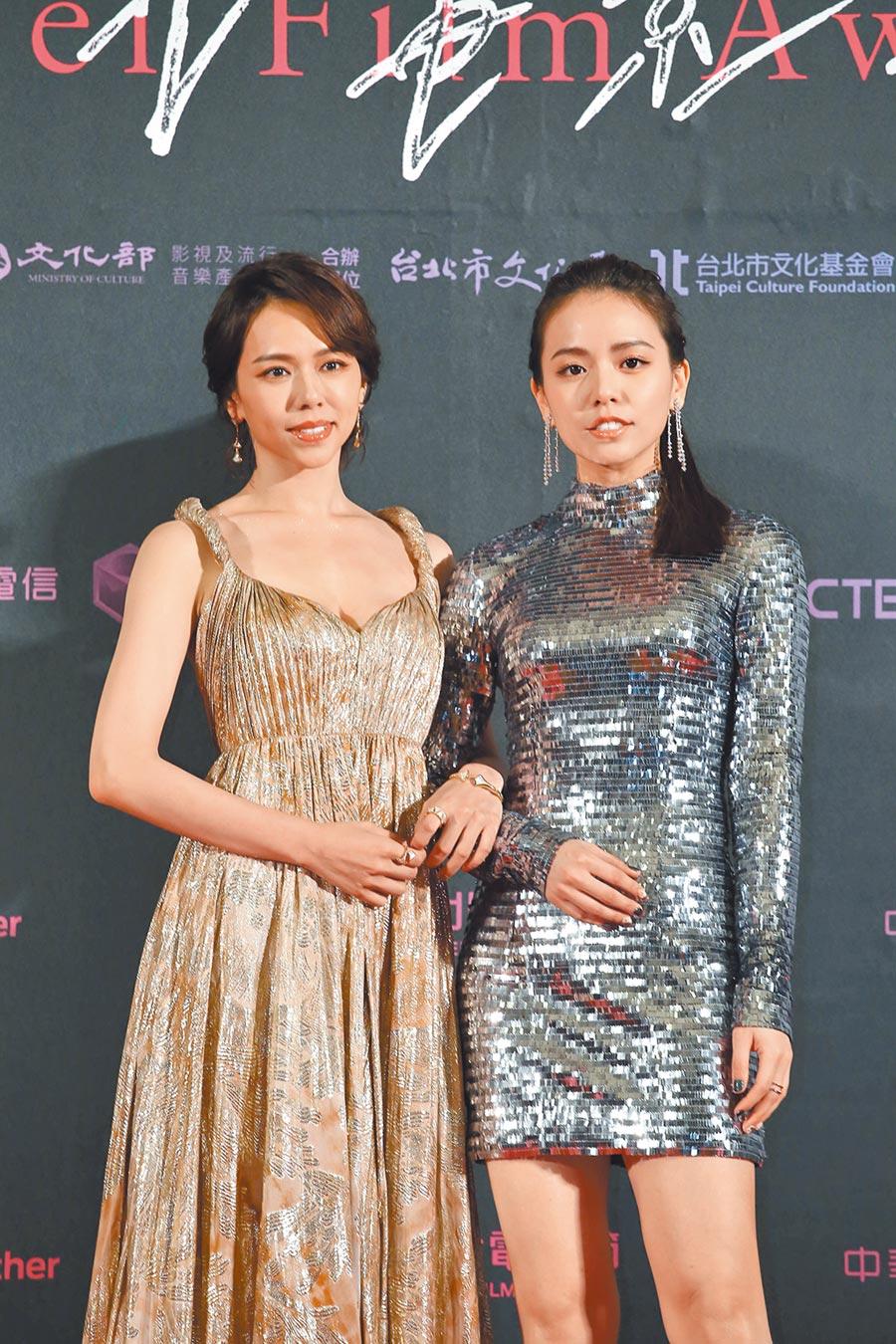 夏于喬(左)與宋芸樺昨穿出「金包銀」主題,宋芸樺佩戴De Beers鑽石珠寶。