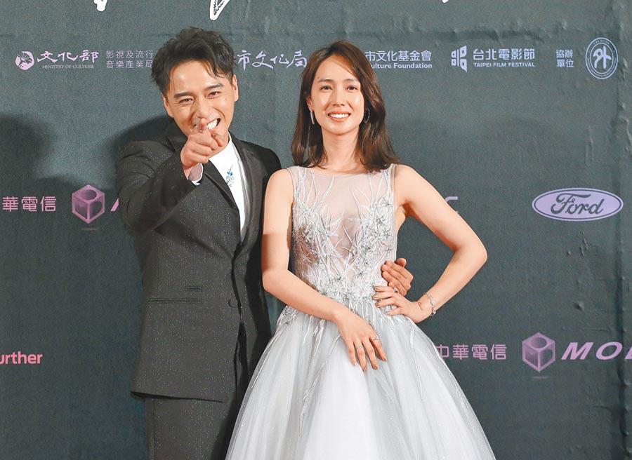 鄭人碩(左)昨大方與小薰合影,頗有預習拍婚紗的Fu。
