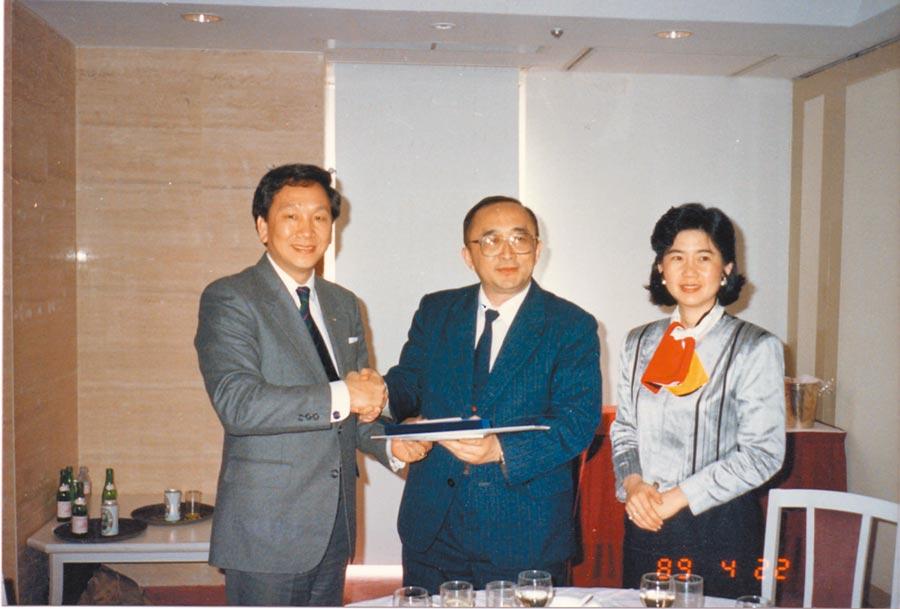 吳經國(左1)促成中華奧會與大陸奧會簽協議後,1989年4月首訪大陸,與大陸奧會主席伍紹祖(中)會面。(吳經國提供)