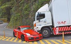 保時捷逆撞貨車 駕駛輕傷 估修百萬