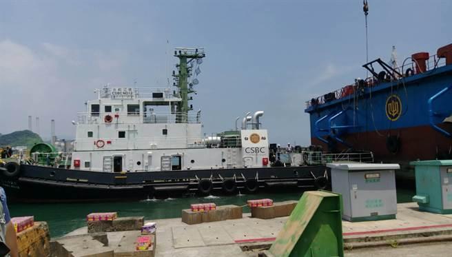 「台船15號」由拖船拖帶航行。圖:張佩芬