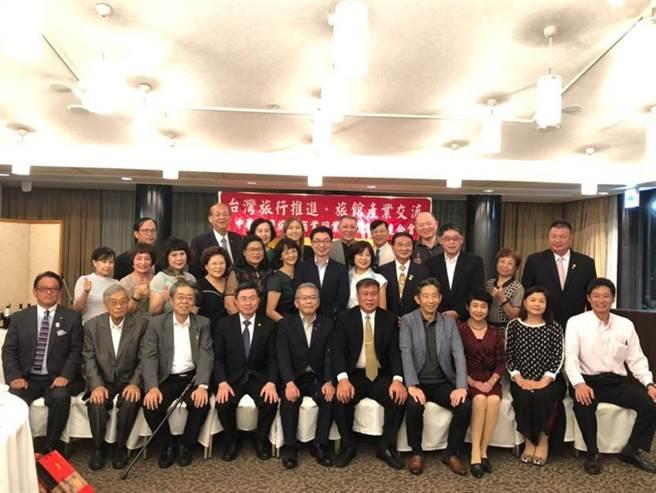 (中華民國旅館公會全國聯合會由理事長張榮南(第一排右五)率團前往日本推廣台灣旅遊景點。圖:業者提供)