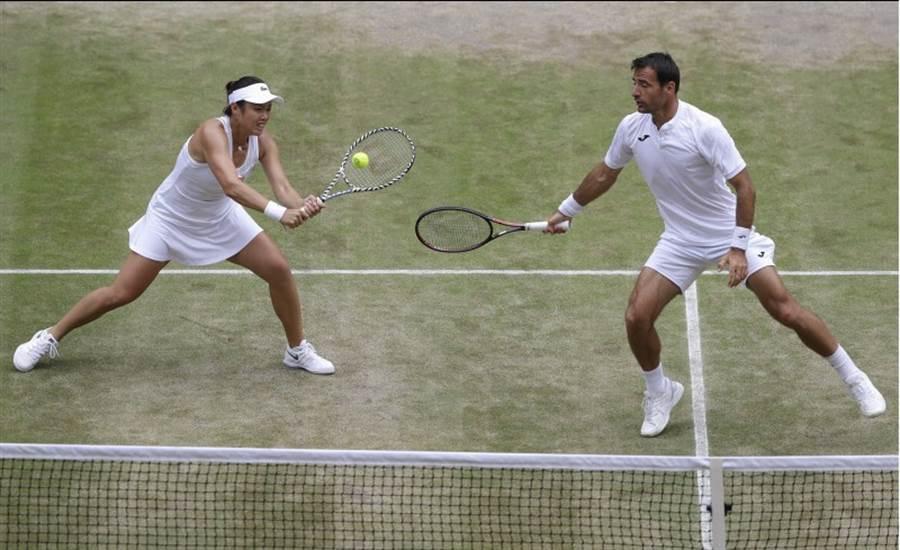 詹咏然与多迪格在温网混双决赛奋战。