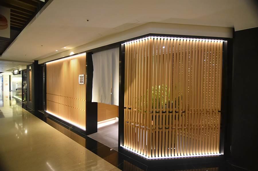 位在台北晶華酒店麗晶精品B2的〈初魚料亭.晶華〉,門面裝潢採現代和風設計,寧靜雅緻。(圖/姚 舜)