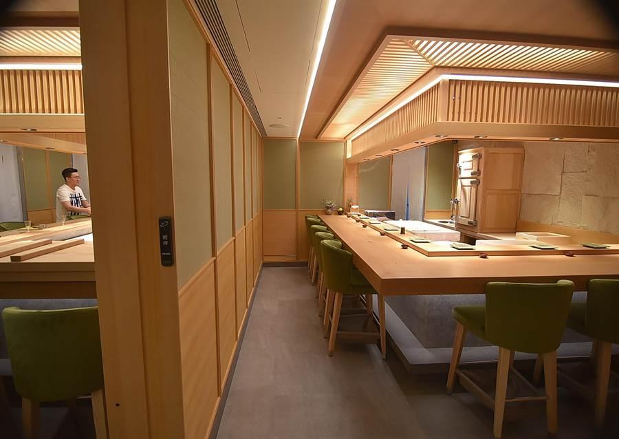 位在台北晶華酒店麗晶精品B2的〈初魚料亭.晶華〉,設有兩個壽司檯,每個餐期可接待18位客人。(圖/姚 舜)