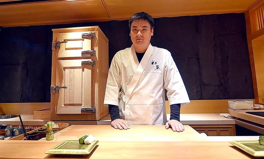 〈初魚料亭〉創辦人「小朱師父」朱霆理親自坐鎮〈初魚料亭.晶華〉司廚,內場廚房含他在內共有7位廚師。(圖/姚舜)