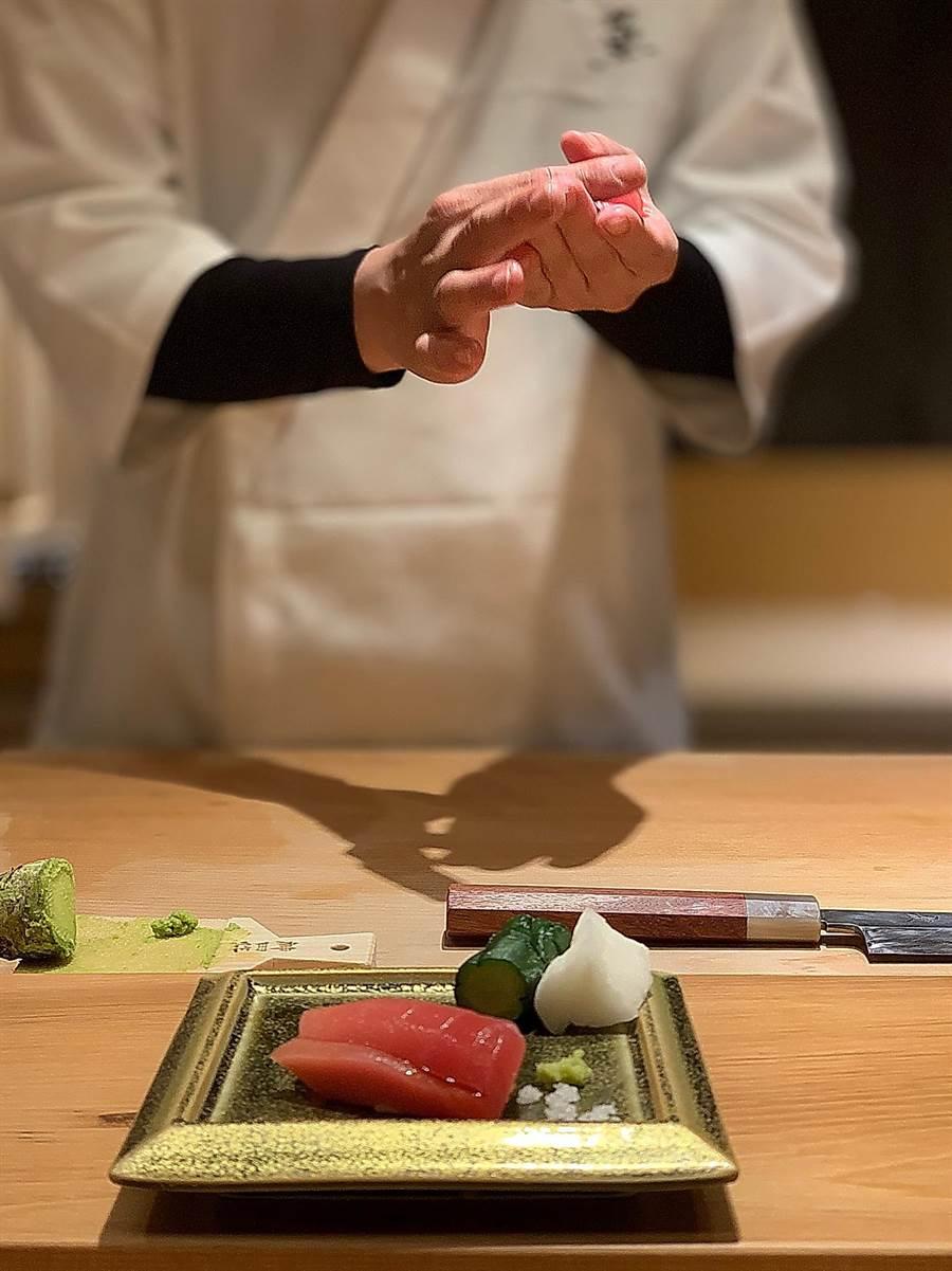 〈初魚料亭.晶華〉是採「板前料理」供餐,客人可以清楚看見廚師烹調料理過程。(圖/姚舜)