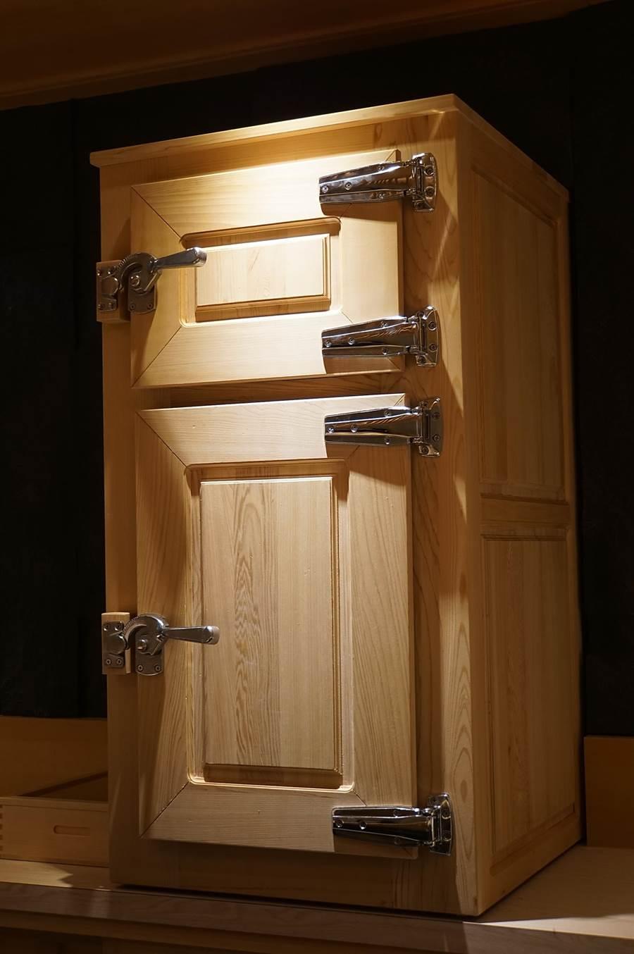 〈初魚料亭.晶華〉的廚師作業區設有檜木製、不插電的熟成冰箱,不同的海鮮會經不同天數熟成增益風味。(圖/姚舜)