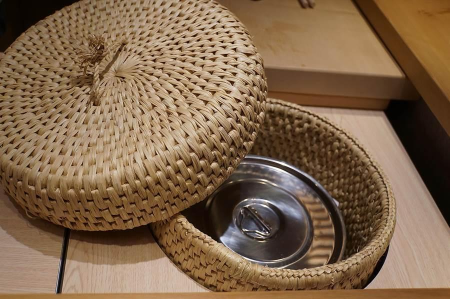 為米飯保溫的編織桶,是〈初魚料亭〉為開晶華店而特地委託日本東京壽司學校的老師費了心力購回台灣。(圖/姚舜)