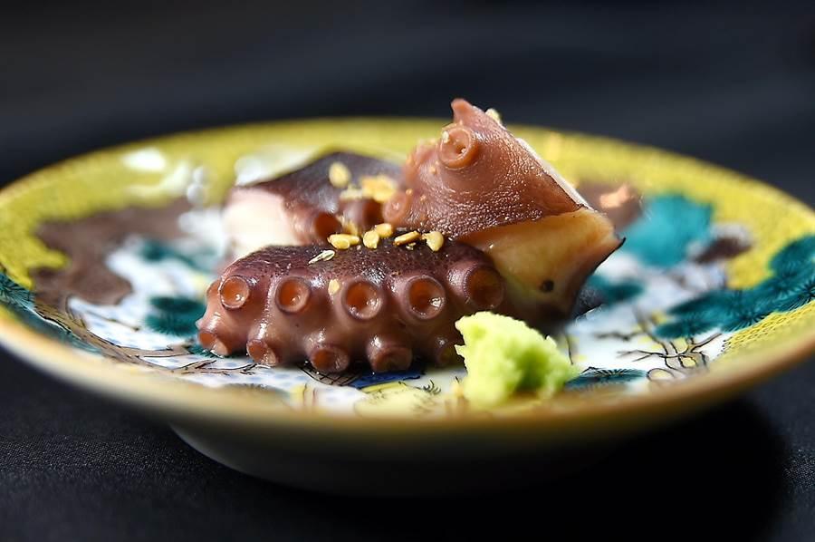 〈初魚料亭.晶華〉的Omakase菜單,標榜有18至20道菜式,每道菜精巧雅逸、份量都不多,圖為用日本明石章魚料理的〈燉煮章魚〉。(圖/姚舜)