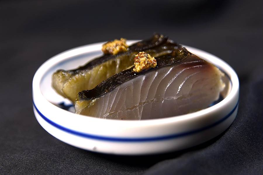 〈稻燒鰆魚〉是將鰆魚抹上鹽巴後,以稻草燻燒,出菜時用醬油和芥末子提味。(圖/姚舜)