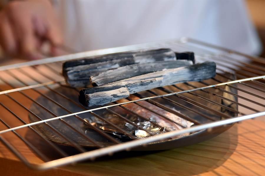 〈初魚料亭.晶華〉主廚偶爾會來一段「食演秀」,如來自福岡的紅喉就會在客人面前以備長炭隔著烤網由上往下炙燒。(圖/姚舜)