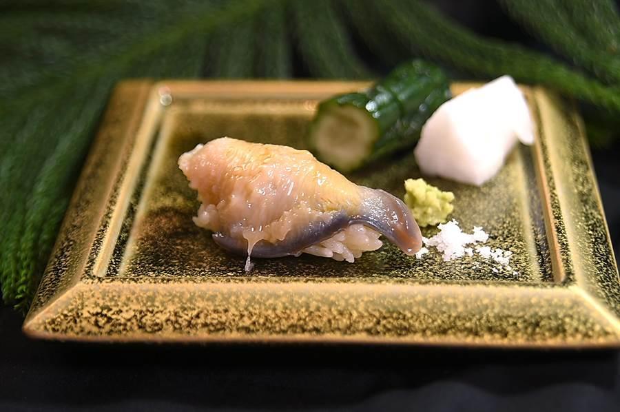 〈北寄貝握壽司〉的北寄貝新不新鮮,看貝唇就知道,黑的代表新鮮,若是灰色就表示不夠新鮮了。(圖/姚舜)