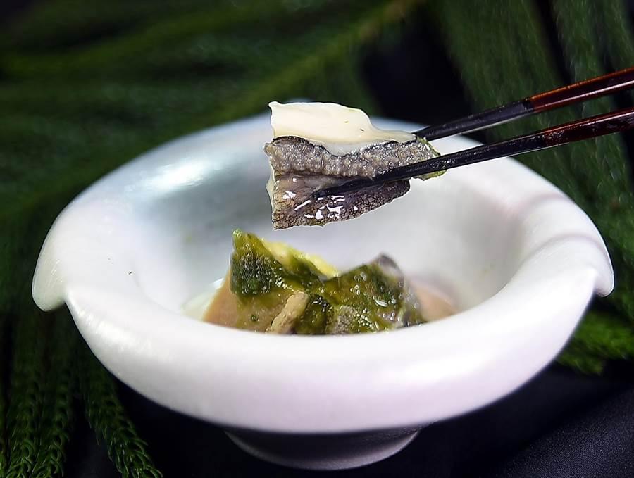 〈磯煮鮑魚〉是用南非白鮑滷煮,碗底襯了京都湯葉,並用了靜岡海苔作芡汁提味。(圖/姚舜)