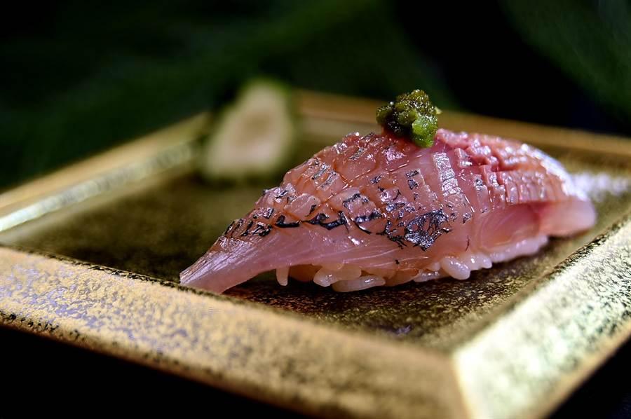 在洋流湍急海域中生長的竹筴魚稱為「關竹筴」,牠們的生肉緊實帶有油脂,作握壽司非常美味。〈圖/姚舜)