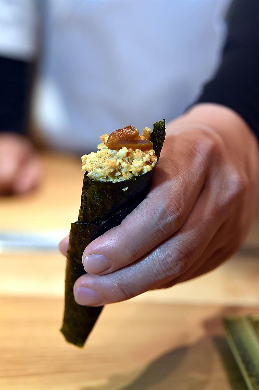 此手卷的內餡是將鮟鱇魚肝煮熟後靜置一天再打成泥捲入海苔中,最上層並用了「奈良漬西瓜」提味。(圖/姚舜)