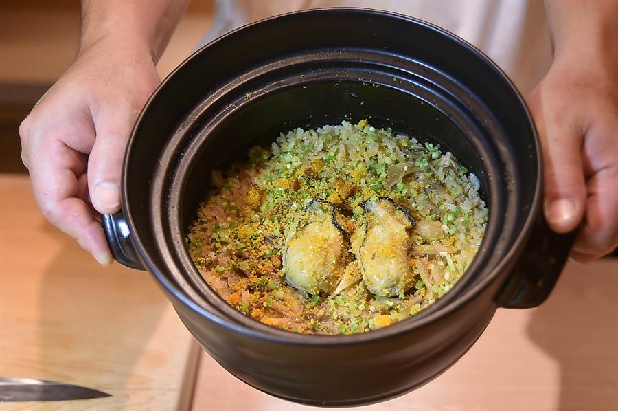 〈初魚料亭.晶華〉Omakase套餐最後一道菜〈釜飯〉,是用廣島牡蠣和舞菇一起炊煮,起鍋前再灑入烤過的烏魚子粉提味。(圖/姚舜)