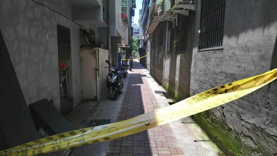 泰山區驚傳一名婦人墜樓,警方到場後緊急拉起封鎖線。(吳亮賢攝)