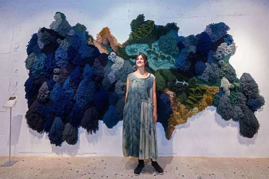 創作Kri掛毯,約一周完成,「世界地圖」耗時三個月的時間完成。(圖/品牌提供)