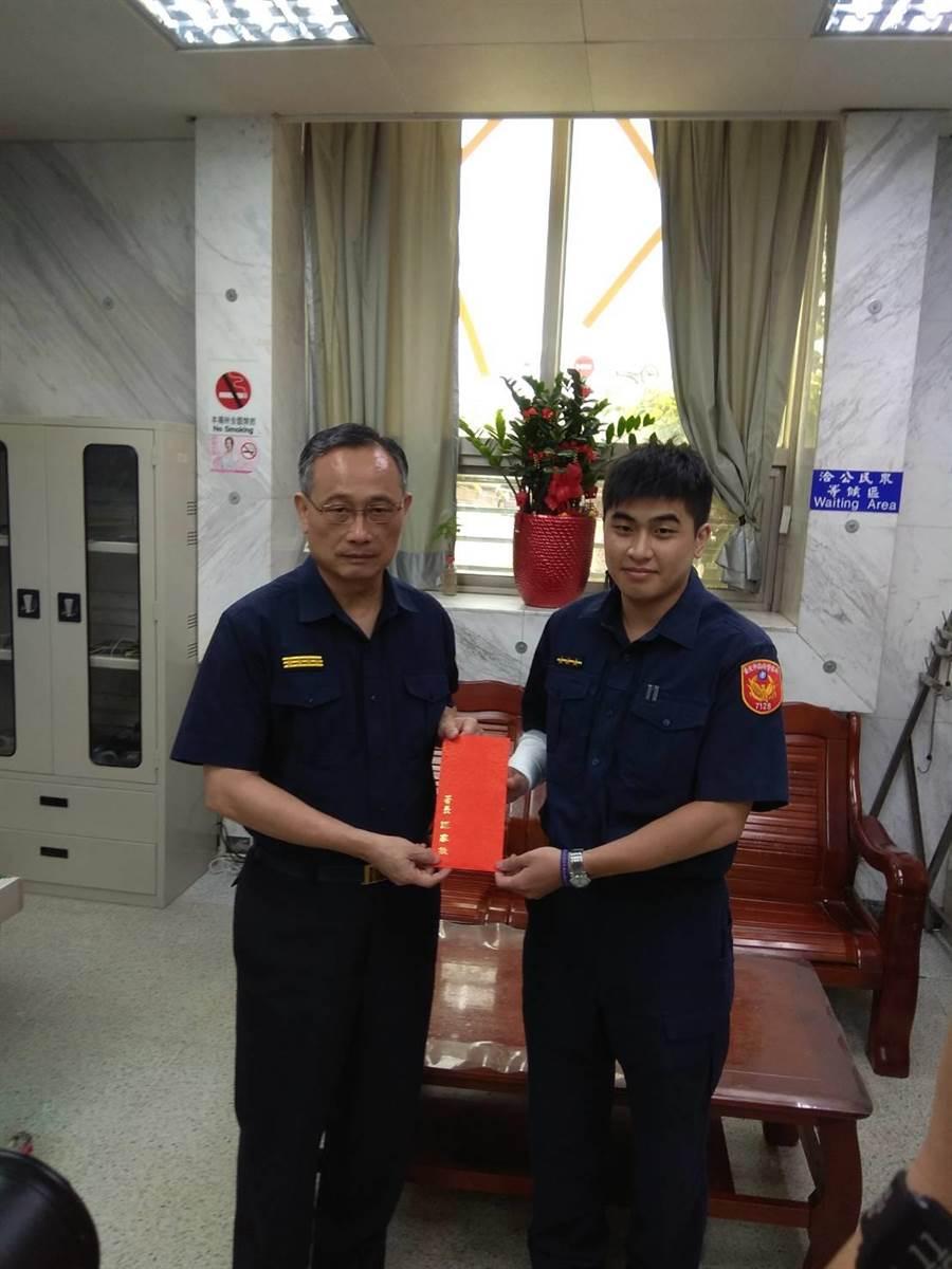 警政署长陈家钦15日上午赴泉州所慰问受伤员警李陏恩。〔谢明俊翻摄〕